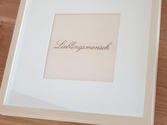 Aus der Lasermanufaktur: Schriftzug in Bilderrahmen