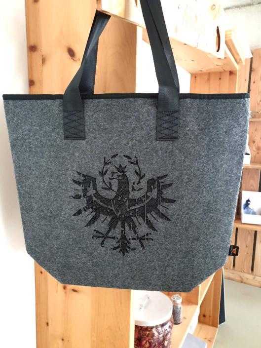 Aus der Lasermanufaktur: Tasche mit dem Tiroler Adler