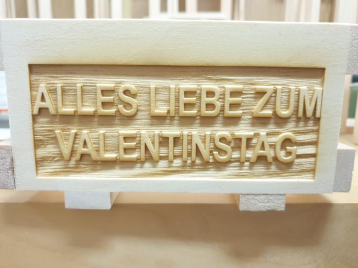 Aus der Lasermanufaktur: Gravur für den Valentinstag auf einem Zirbenkistl